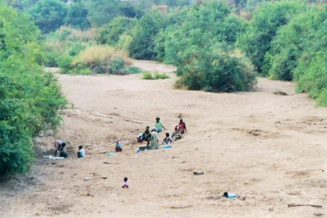 zam women mfuwe riverbed